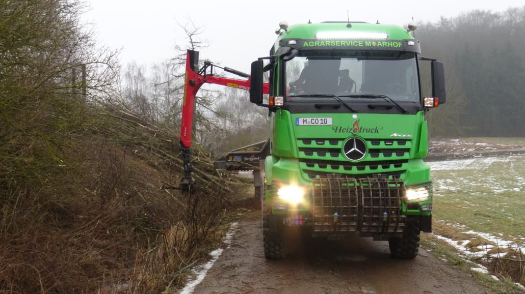 Heizotruck Forst-LKW bei der Holzzerkleinerung auf einem Landweg