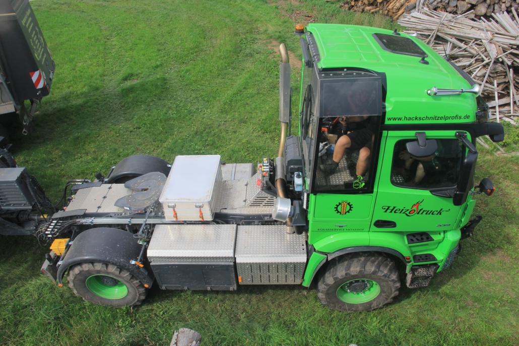 Heizotruck Forst-LKW mit Fahrerkabine auf einem Feldweg