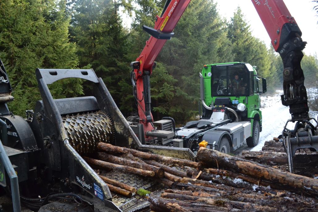 Heizotruck V1 mit Heizohack bei der Holzzerkleinerung