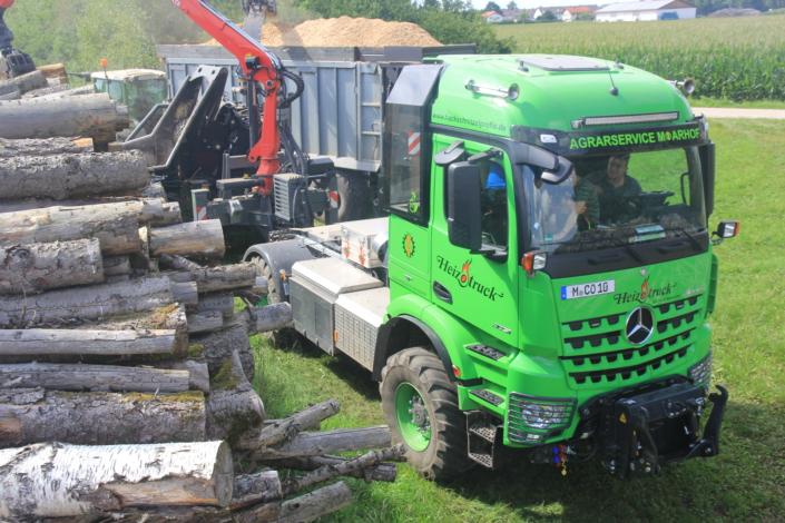 Heizotruck Forst-LKW mit Trommelhacker bei der Holzzerkleinerung