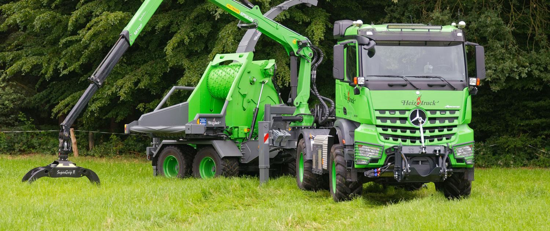 Heizotruck Forst-LKW mit Trommelhacker auf einer Wiese